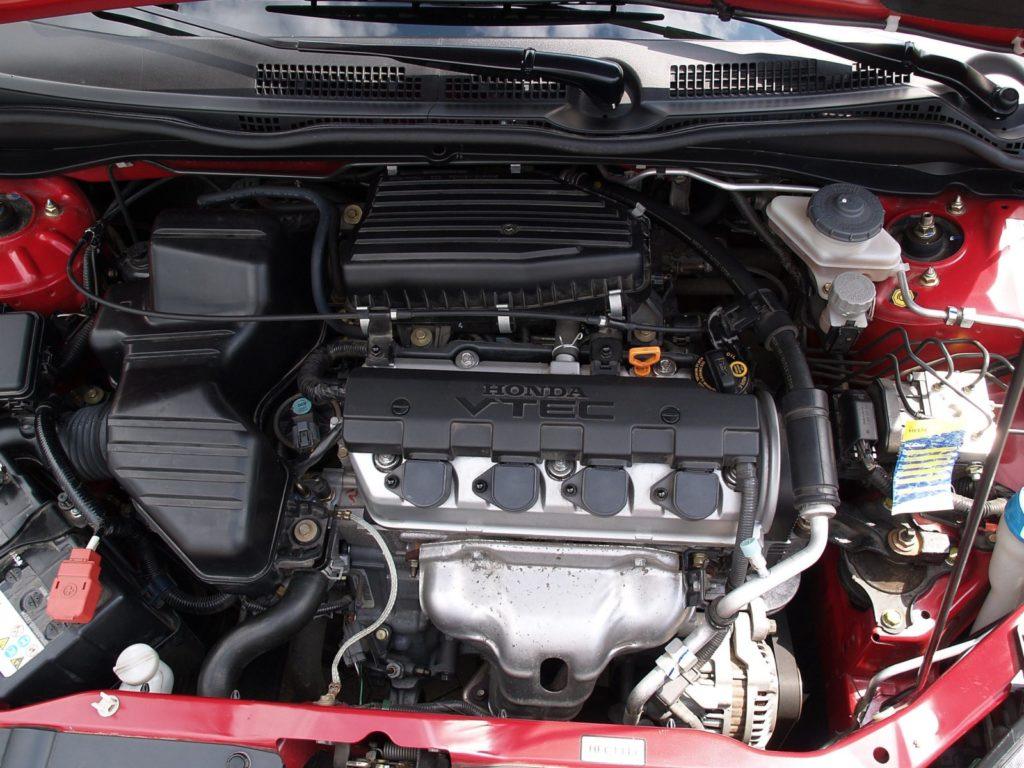 Zdjęcie silnika używanej Hondy Civic VII w kolorze czerwonym