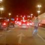 """Walka """"bokserska"""" dwóch kierowców na skrzyżowaniu - VIDEO"""