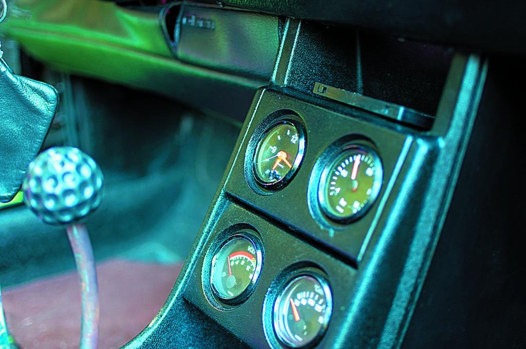 VW Scirocco 1 po tuningu i swapie silnika, dodatkowe zegary