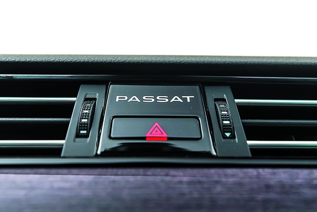 VW Passat Alltrack 2.0 TDI napis passat przy włączniku świateł awaryjnych