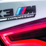 BMW X3 M Competition emblematy na tyle auta