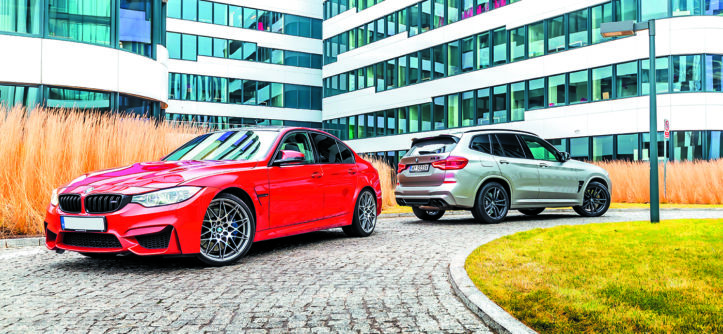 Widok z boku BMW M3 Competition i BMW X3 M Competition