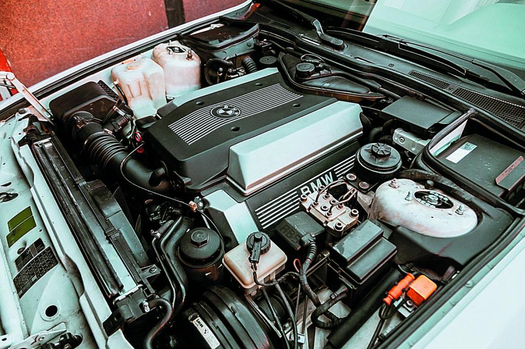 Silnik__BMW_E32_740iL