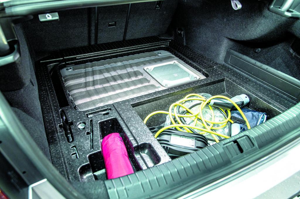 Bagażnik VW-Passat-B8-GTE-zestaw kabli do ładownia