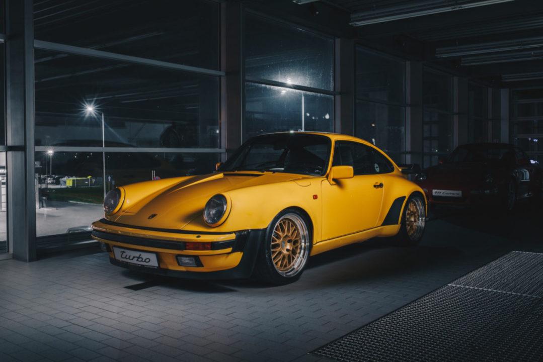 żółte Porsche 911 w nocy