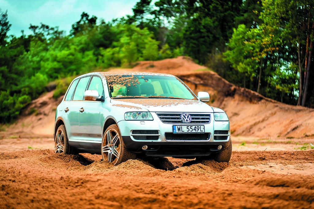 VW Touareg I V10 TDI stojący w piasku
