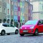 Biały i czerwony VW up! na poznańskim rynku