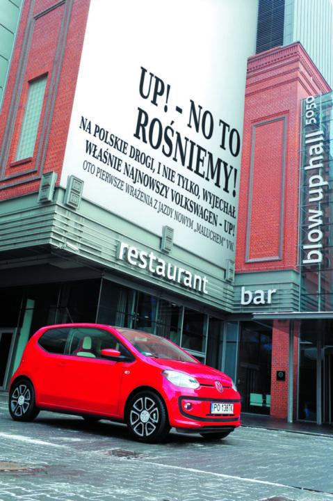VW up! przodem na parkingu przed restauracją