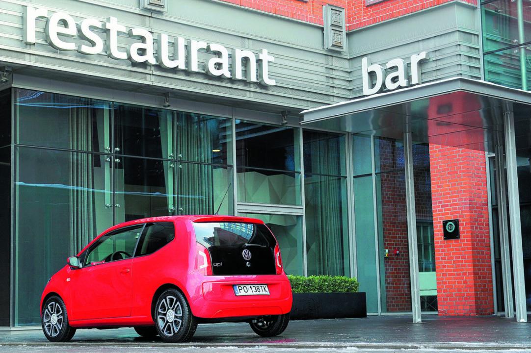 VW up! tyłem na parkingu przed restauracją