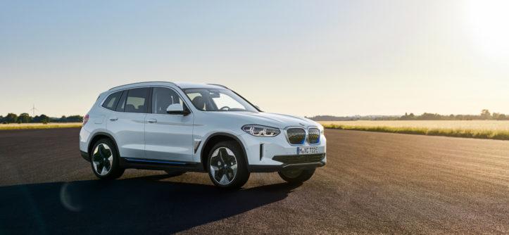 BMW iX3 w słońcu na szosie