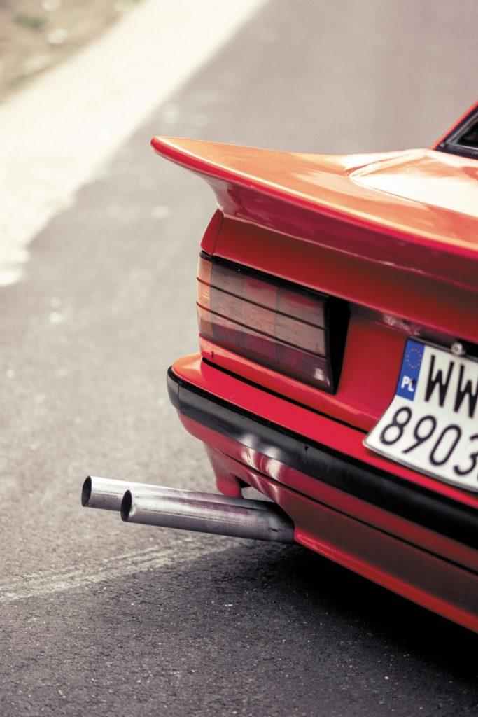Tuning BMW E30 316i widok tyłu auta z rurami wydechowymi