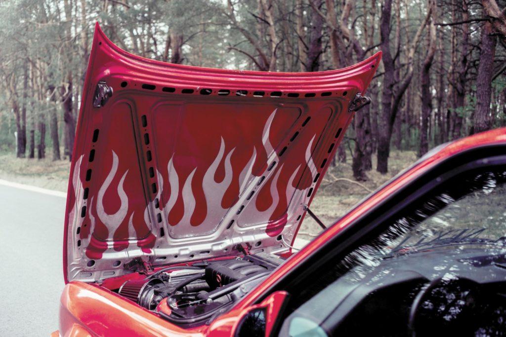 Tuning BMW E30 316i widok pokrywy silnika pomalowanej od wewnątrz w płomienie