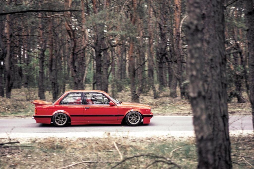 Tuning BMW E30 316i widok auta z boku