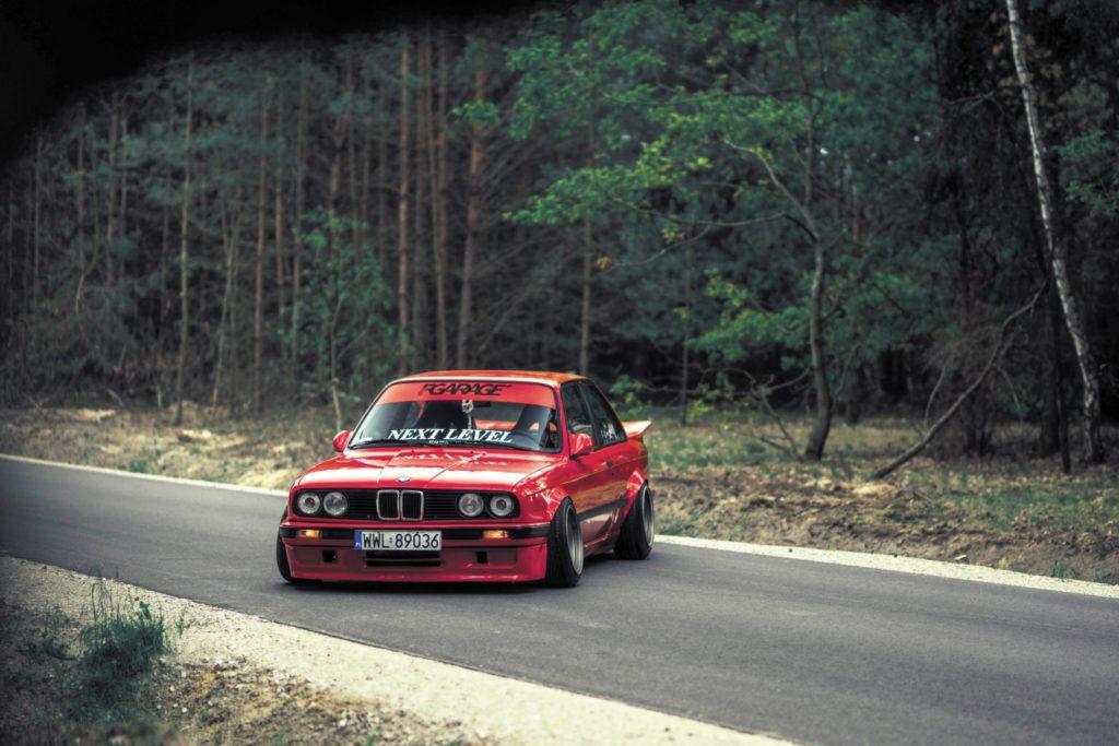 Tuning BMW E30 316i na polnej drodze