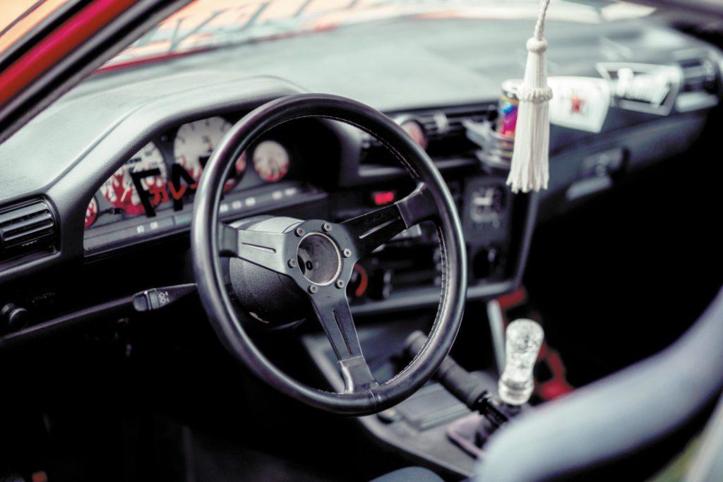Tuning BMW E30 316i kierownica i deska rozdzielcza