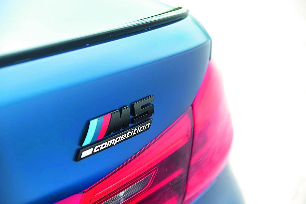BMW M5 F90 Competition napis na bagażniku