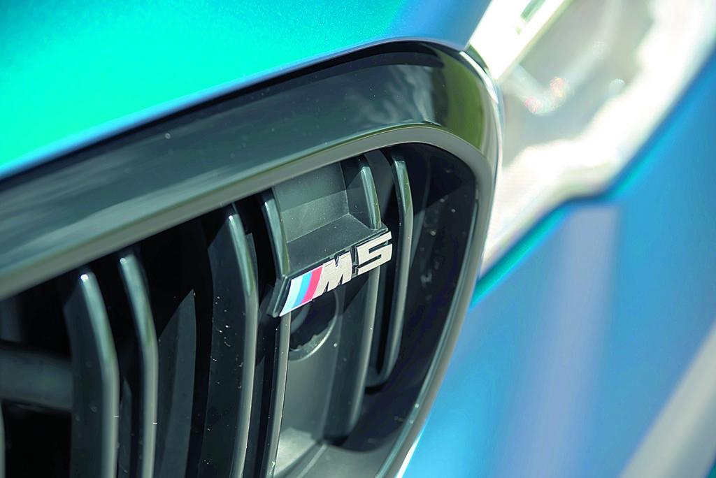 BMW M5 F90 Competition znaczek M5 na grillu