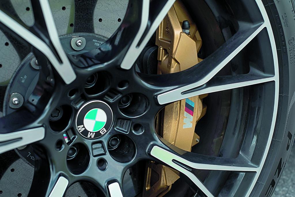 BMW M5 F90 Competition złote szczęki hamulcowe