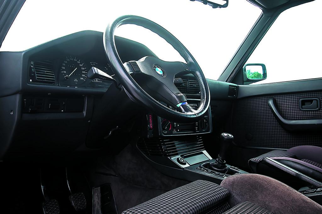 BMW E28 M5 widok na kokpit