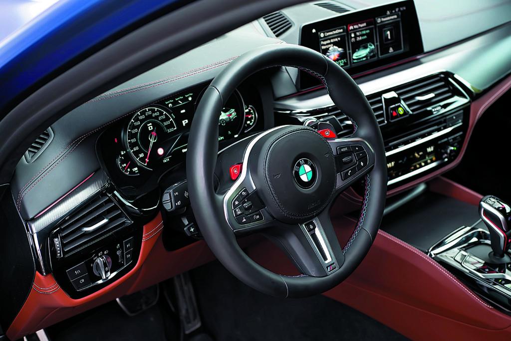 BMW M5 F90 Competition widok na kokpit