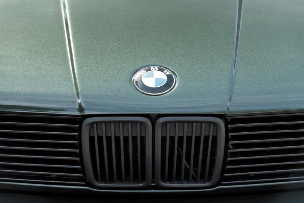 Tuning BMW E30 logo BMW na masce silnika
