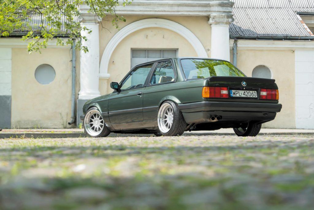 Tuning BMW E30 widok z tyłu