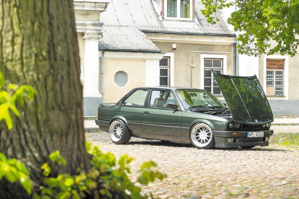 Tuning BMW E30 auto z otwartą pokrywą silnika