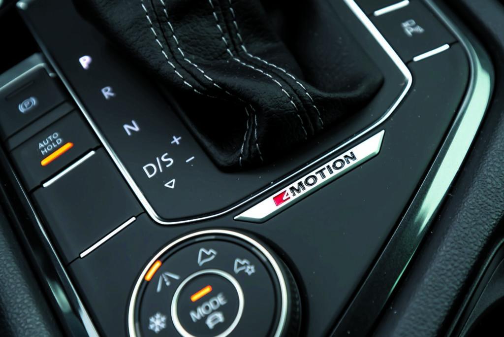 VW Tiguan 2.0 TSI napis 4Motion przy dźwigni zmiany biegów