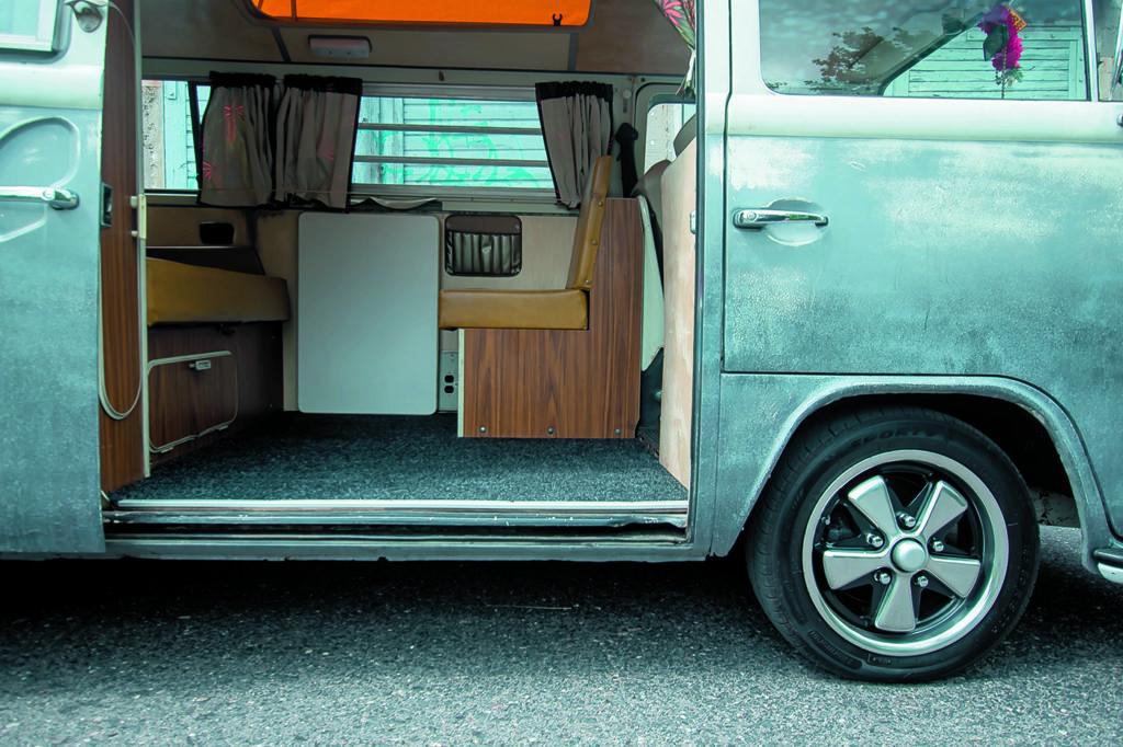 VW T2 Westfalia AB tuning widok na wnętrze prze otwarte boczne drzwi