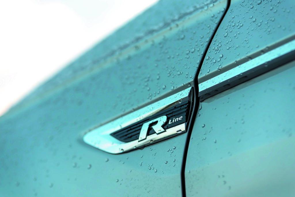 VW Tiguan 2.0 TSI napis R Line na boku