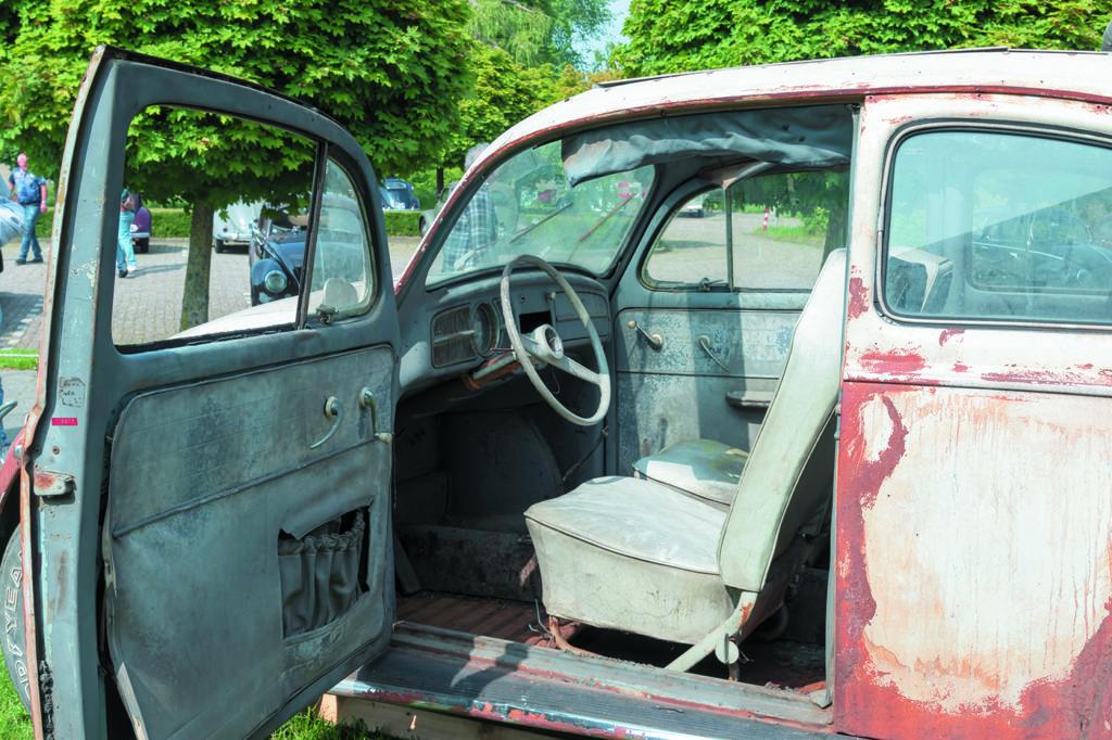 VW Garbus Herbie z numerem 53 wnętrze przed restauracją