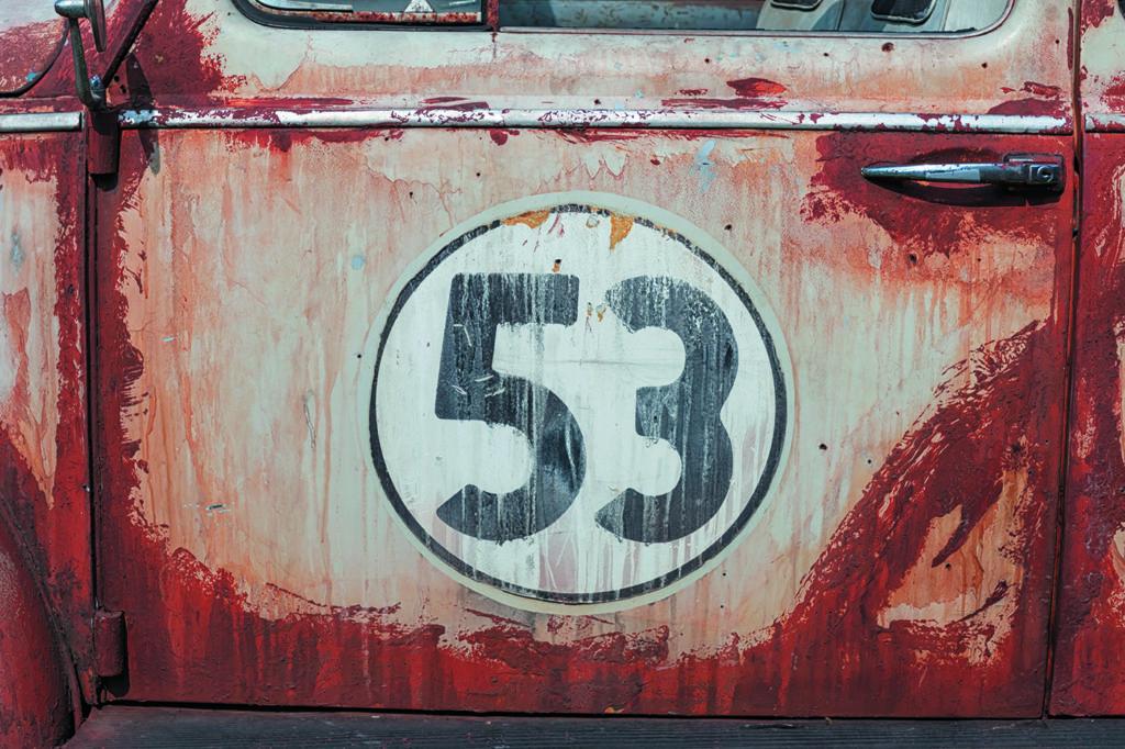 VW Garbus Herbie z numerem 53 na drzwiach