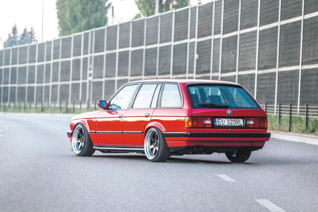 Tuning BMW E30 320 Touring widok z tyłu