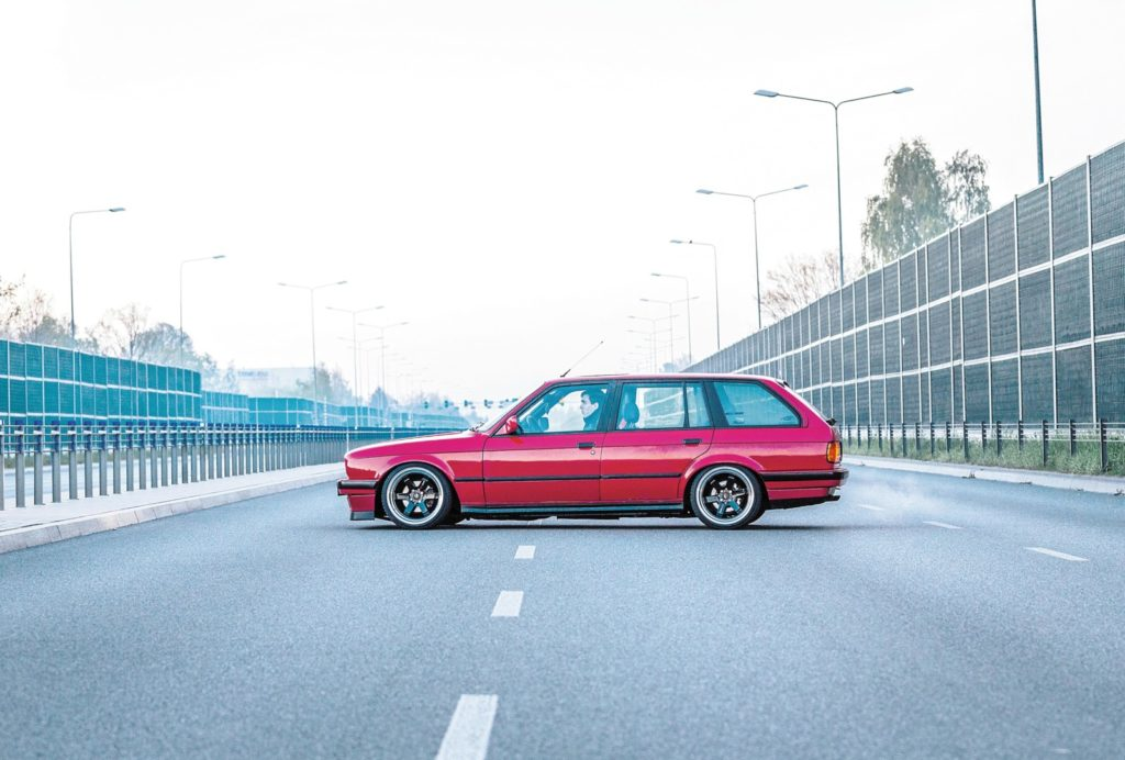 Tuning BMW E30 320 Touring widok z boku