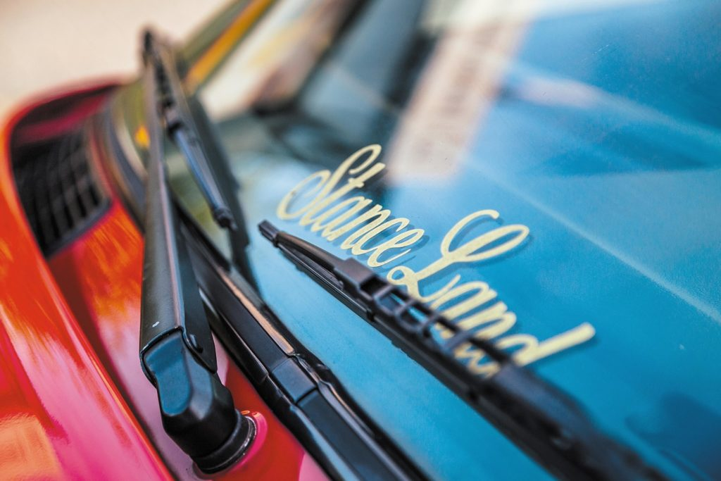 Tuning BMW E30 320 Touring napis stance land na szybie