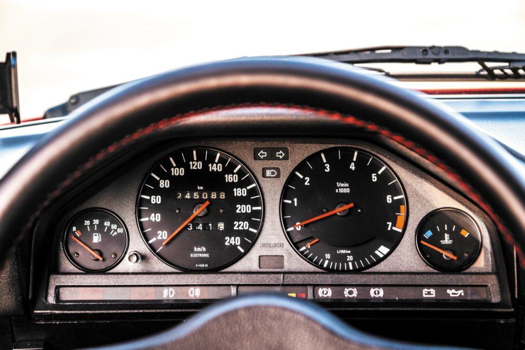 Tuning BMW E30 320 Touring widok zegarów