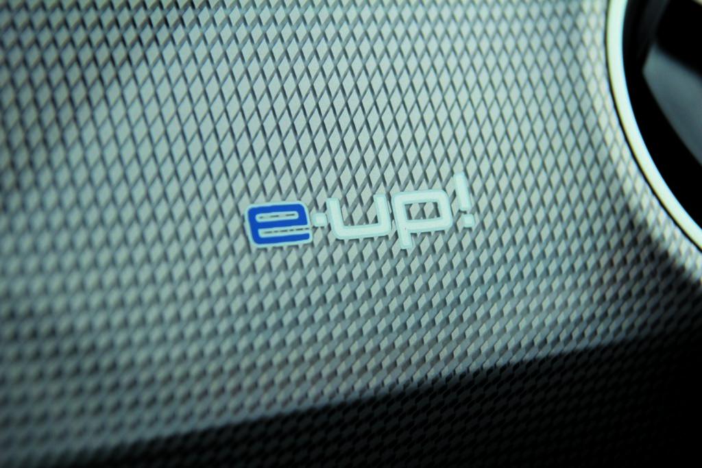 VW e-up! logo na desce rozdzielczej