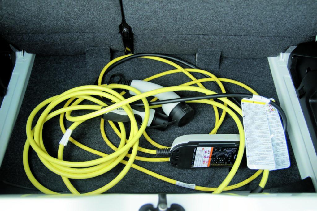 VW e-up! kable zasilające w bagażniku