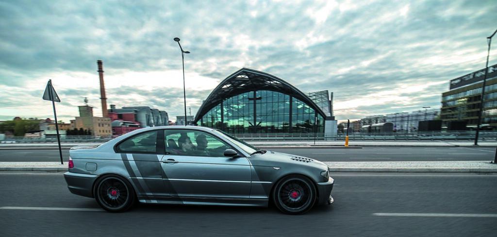 BMW E46 320d tuning widok z boku w czasie jazdy