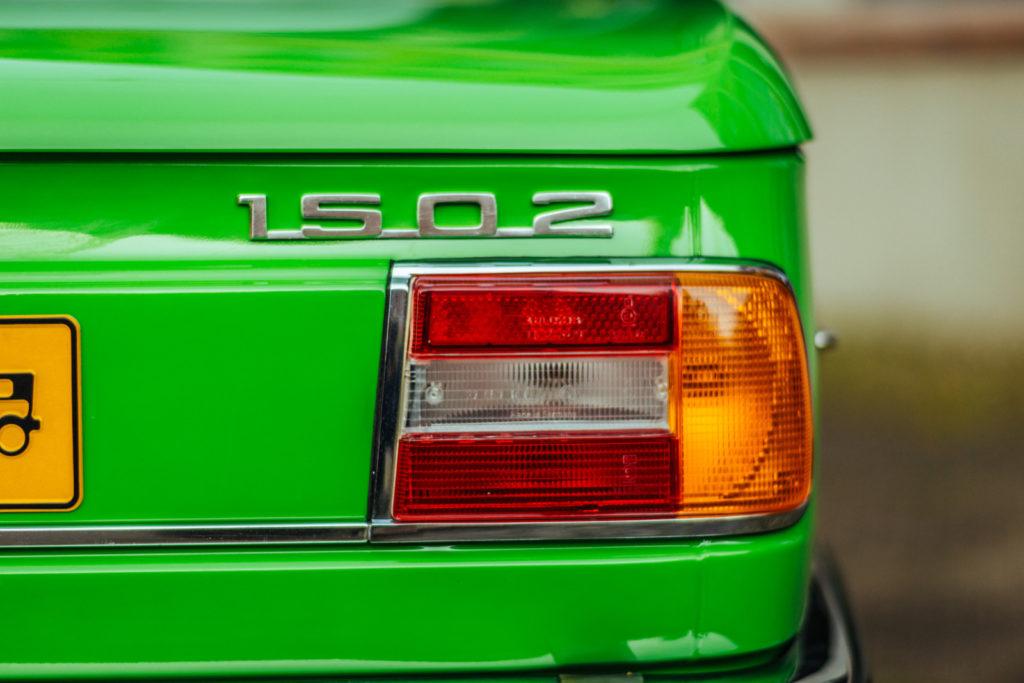 BMW 1502 napis 1505 nad tylną lampą
