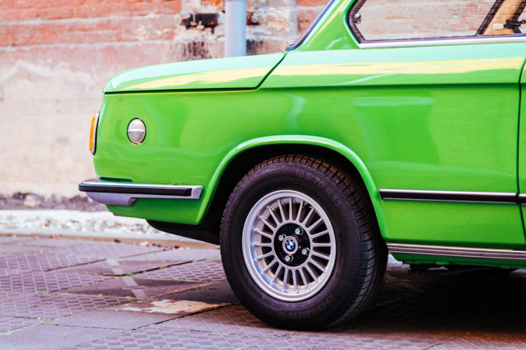 BMW 1502 tylne koło i wlew paliwa