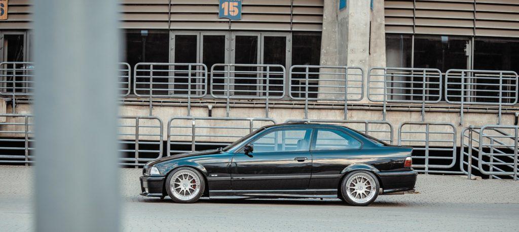 Tuning BMW E36 328i coupé widok z boku