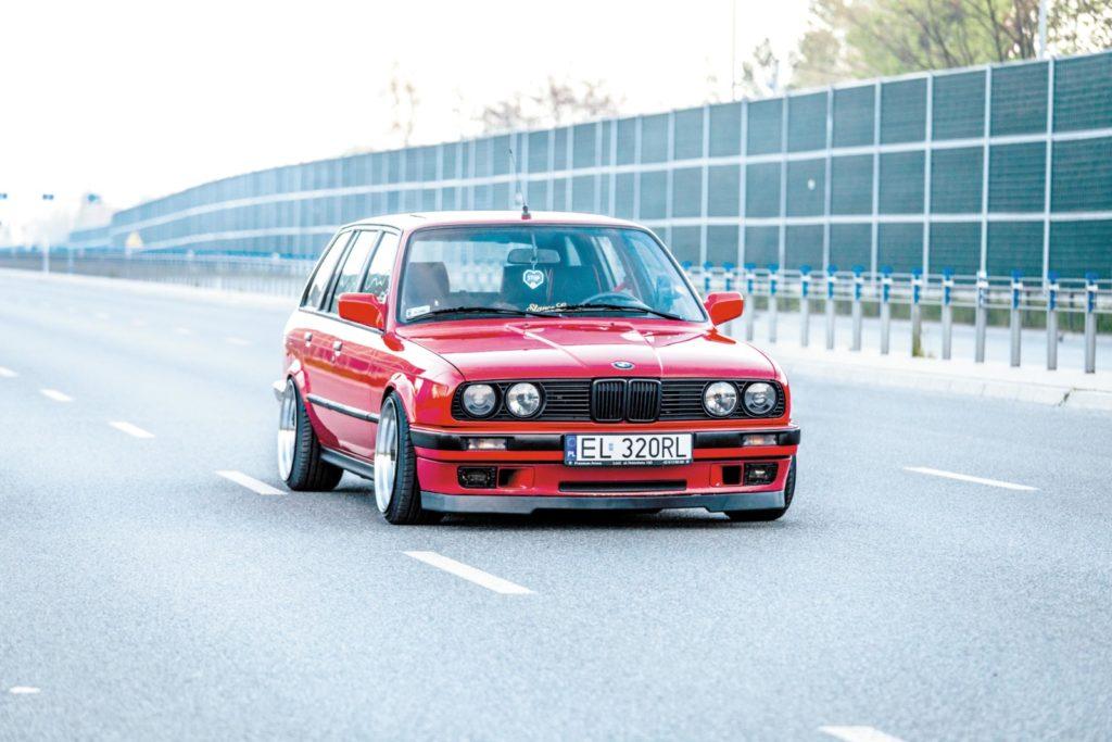 Tuning BMW E30 320 Touring widok z przodu