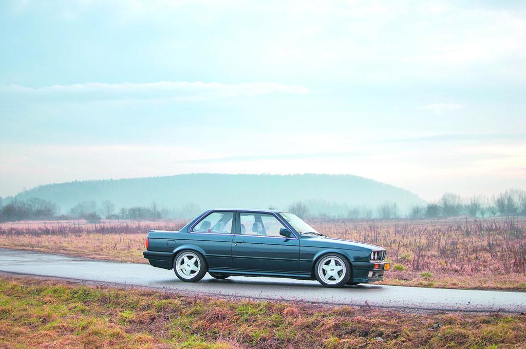 BMW E30 318 iS widok z boku