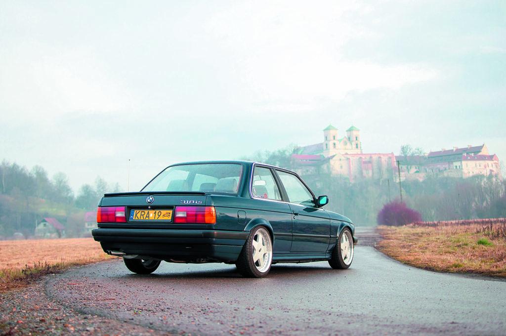 BMW E30 318 iS widok z tyłu