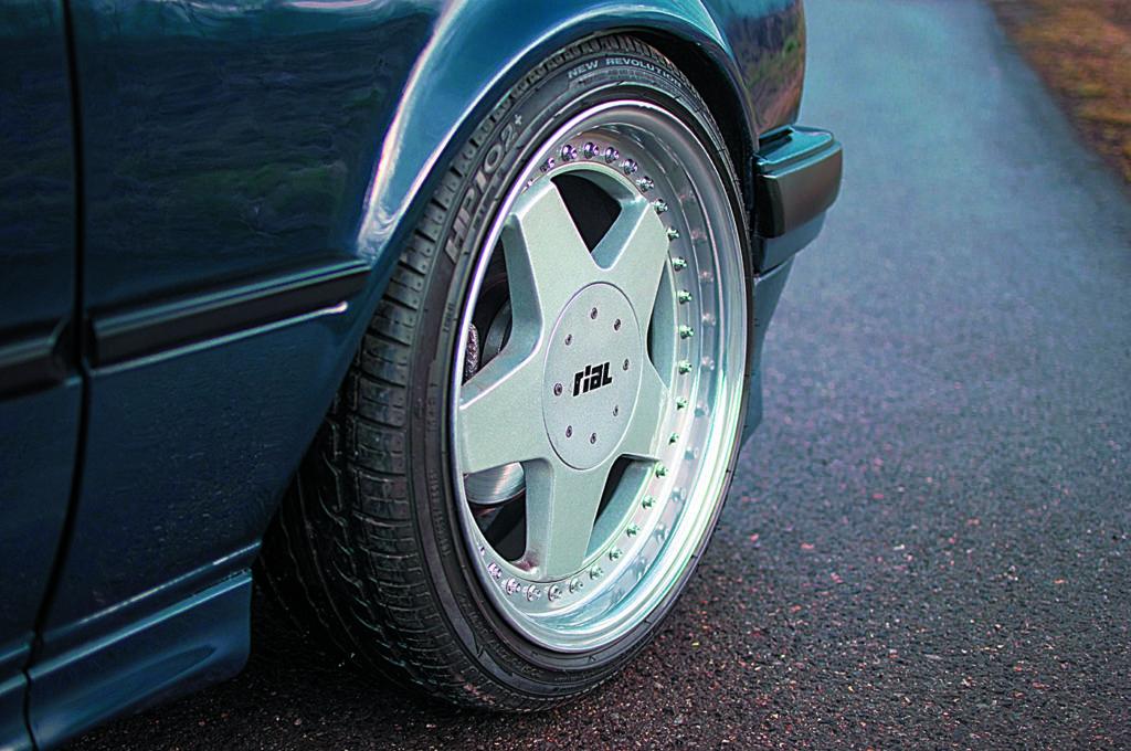 BMW E30 318 iS felga Rial