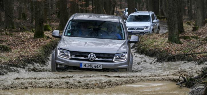 VW Amarok brodzący w błocie