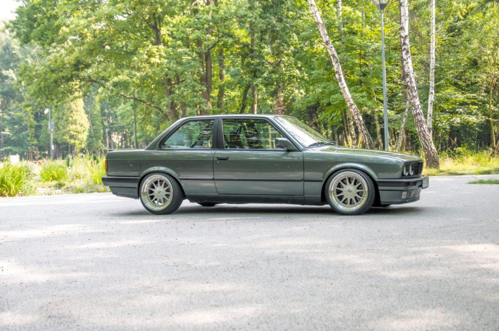 Tuning BMW E30 320i widok boku