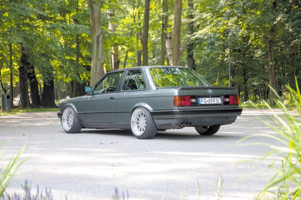 Tuning BMW E30 320i widok z tyłu