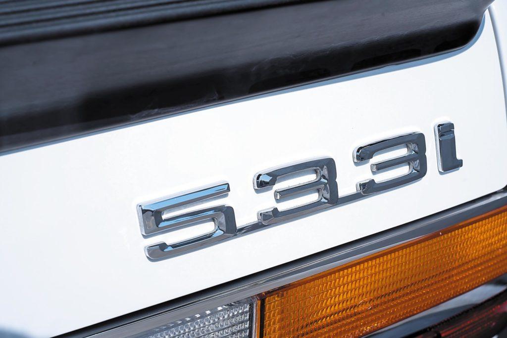 BMW E28 533i napis 533i na klapie